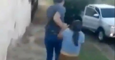La Nación / (Video) Vecinos salvan a mujer de ser llevada por su expareja alcoholizado y con restricción de contacto
