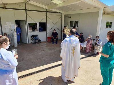 Sacerdote, acompañado del Santísimo, visita a pacientes y personal sanitario del Hospital Nacional