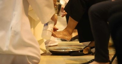 """La Nación / """"Lavar los pies exige humildad en el servicio"""", dice arzobispo en misa del Jueves Santo en la Catedral"""