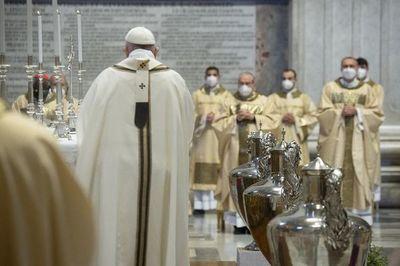 El papa celebra la misa de Jueves Santo en la capilla del cardenal que destituyó
