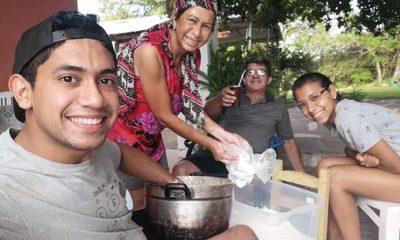 "Periodista alegra a su abuelo cantándole ""Guavira poty"" (video)"