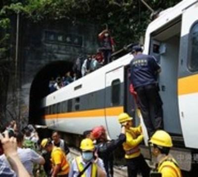 Taiwán: Fallecen 51 personas en accidente de tren