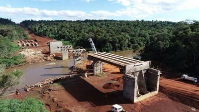 """Toma forma puente que sustituirá a """"balsa de la muerte"""" en Ñacunday"""