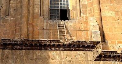 La Nación / La escalera olvidada en la Iglesia del Santo Sepulcro en Jerusalén