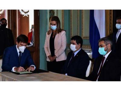 Velázquez permanece distanciado   en esta crisis que consume a Marito