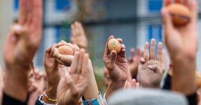La Nación / Huevos de Pascua con mensajes para protestar contra el golpe en Birmania
