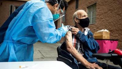 COVID-19: EEUU ya vacunó al 75% de sus adultos mayores