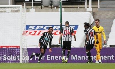 ¡Sobre la raya! La gran salvada de Almirón para el Newcastle en la Premier