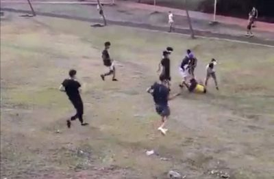Turba ataca a golpes a adolescente en anfiteatro