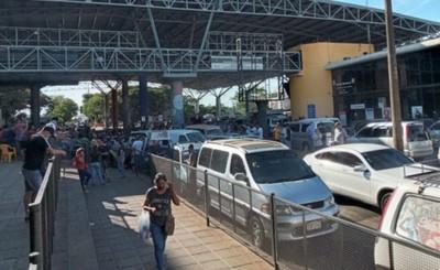 Paseros bloquean ingreso al país en la Zona Primaria de CDE