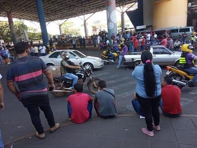 Paseros bloquean ingreso al país, denuncian controles selectivos