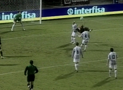 La chilena de Paniagua, jugando por Guaraní, ante Libertad