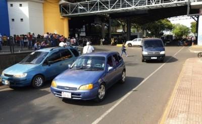 Paseros habilitan paso intermitente del Puente de la Amistad