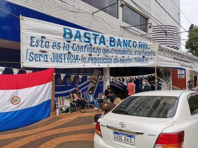Bancarios despedidos en Encarnación seguirán con la protesta, anunciaron