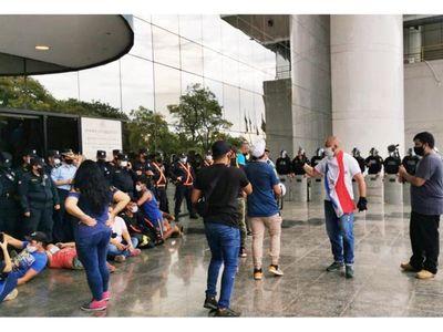 Manifestantes intentaron forzar  entrada al Congreso