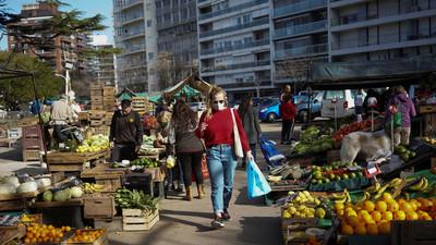 """Uruguay deja de ser """"modelo"""" frente a la pandemia y ahora lidera los contagios mundiales por cada millón de habitantes"""