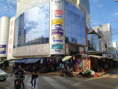 Shopping Alfonso alberga locales comerciales que se dedican a estafar a turistas brasileños