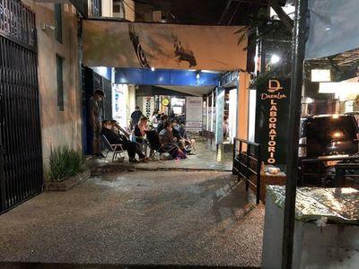 Familiares de internados pasan en la intemperie en Hospital de Ñemby