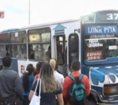 Pasajeros siguen sufriendo la despiadada regulada de buses