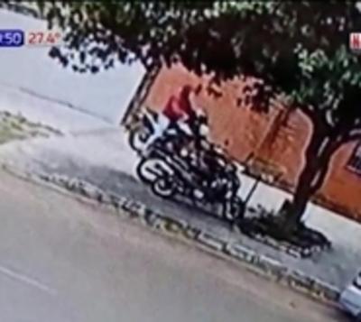 En 30 segundos le robaron la moto