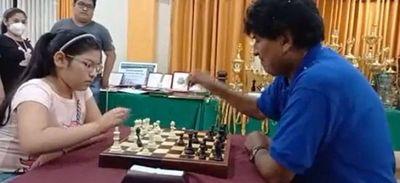 Nicole Mollo, campeona sudamericana y panamericana de ajedrez, le ganó dos partidas a Evo Morales