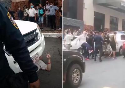 Payo Cubas, a los golpes con policías en pleno Centro