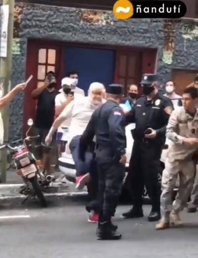 Payo Cubas a los golpes con policías por presunto uso indebido de móvil de la FOPE