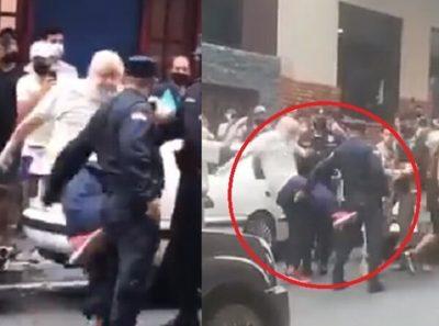 Payo se apodera de llaves, golpea a policía y se instala debajo de camioneta