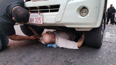 Tras encadenarse debajo de una camioneta, Payo Cubas fue detenido por la policía