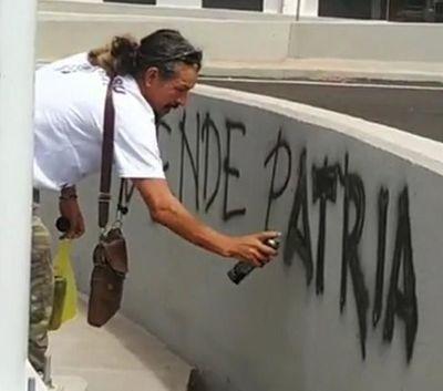 Detienen a Mbururú por hacer pintata contra el Presidente