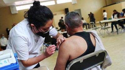 Dos hombres se disfrazan de ancianos para vacunarse en México, pero terminan en prisión