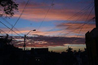 Jueves caluroso y parcialmente nublado