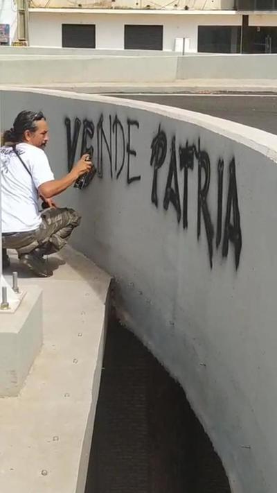 Detienen a Mbururú por pintar grafitis en multiviaducto del km 7 de CDE