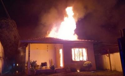 Fuego reduce vivienda a cenizas durante la madrugada