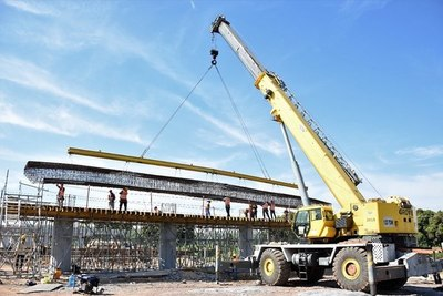 Puente Héroes del Chaco: prosiguen labores con la colocación del encofrado metálico