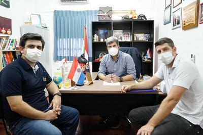 Esteban Wiens firma convenio para dar Internet gratis en Hospital Regional e IPS