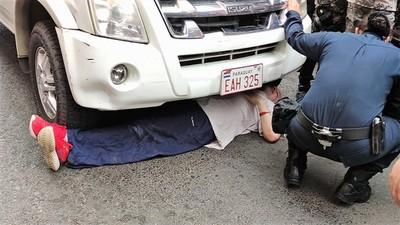 Patética imagen de policías ridiculizados por obra de un gobierno fallido que perdió el respeto ciudadano