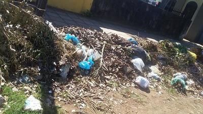 Denuncian acumulación de basura frente el Cementerio de Coronel Oviedo – Prensa 5