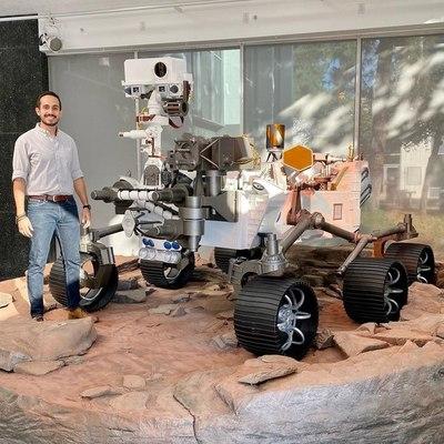 Latino derriba barreras hasta llegar a la NASA y enviar un robot a Marte