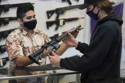 """Biden anuncia plan limitado contra """"epidemia"""" de la violencia por armas de fuego"""