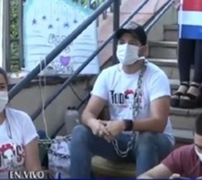 Padres de Bianca continúan encadenados frente a Salud