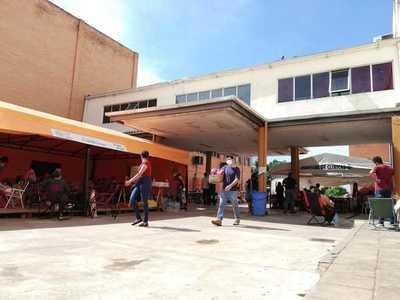 Preocupa alta circulación viral por hacinamiento de familiares de pacientes Covid en carpas instaladas en el Hospital de Clínicas