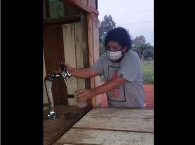 """Video. """"Kelembu"""" regala a sus vecinos 500 litros de birra"""