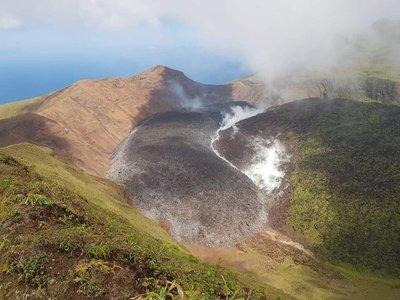 Miles de evacuados en el Caribe: entró en erupción un volcán en la isla de San Vicente y las Granadinas