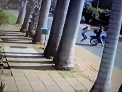 Mujer derriba a ladrón de su moto e impide que la asalten