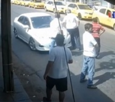 Taxistas impiden paso a conductora de plataforma
