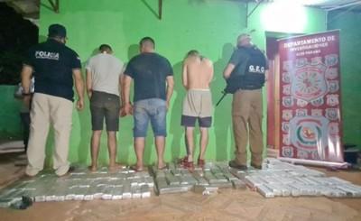 Paraguayos y brasileño detenidos con droga en allanamiento