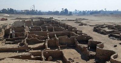 """La Nación / Descubren """"la ciudad antigua más grande"""" de Egipto cerca de Luxor"""