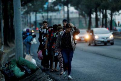 Traficantes usan política de Biden para impulsar migración, dice canciller de Honduras