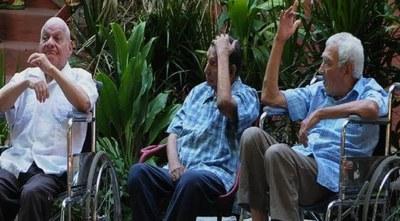 Desde hoy vacunan contra Covid a ancianos y adultos encamados
